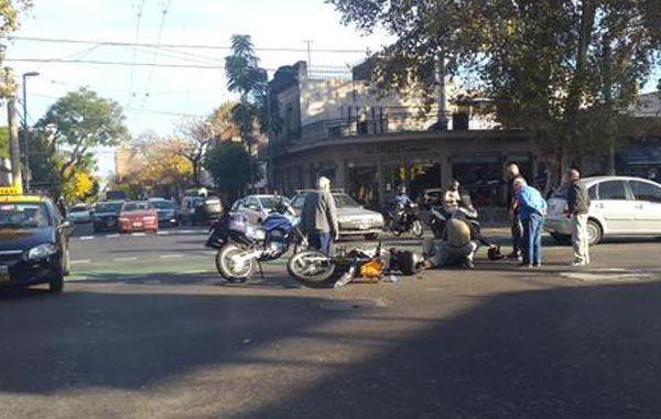 La moto del Sies y su conductor minutos después del accidente. (Foto: Twitter @EmergenciasAR)