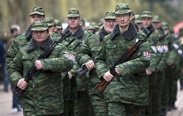 """Milicias. Ayer desfilaron por la capital de Crimea las primeras tropas """"regulares"""" del nuevo gobierno local."""