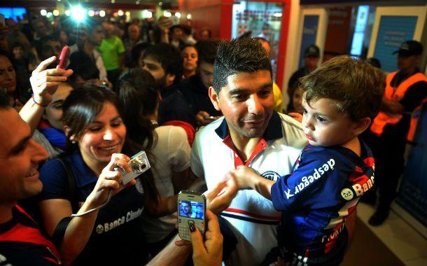 Orgullosos. Ortigoza recibe el cariño de la gente en el aeropuerto de Ezeiza.