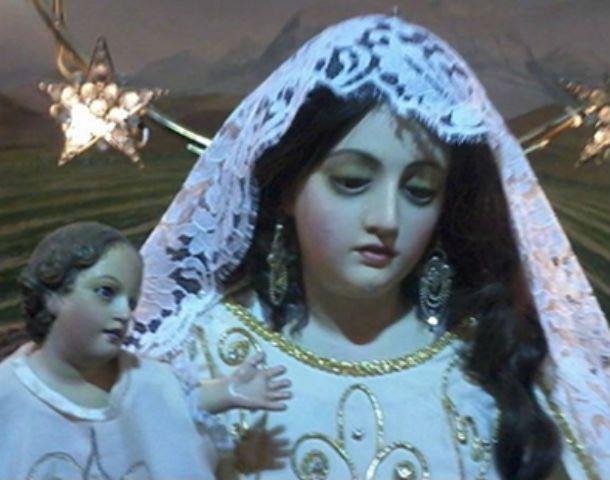 Ni las iglesias se salvan. La imagen de la Virgen sin la corona. A la derecha