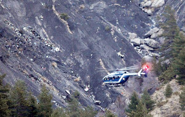 El sitio. Un helicóptero de rescate sobrevuela los restos del avión que quedaron dispersos en la ladera de la montaña