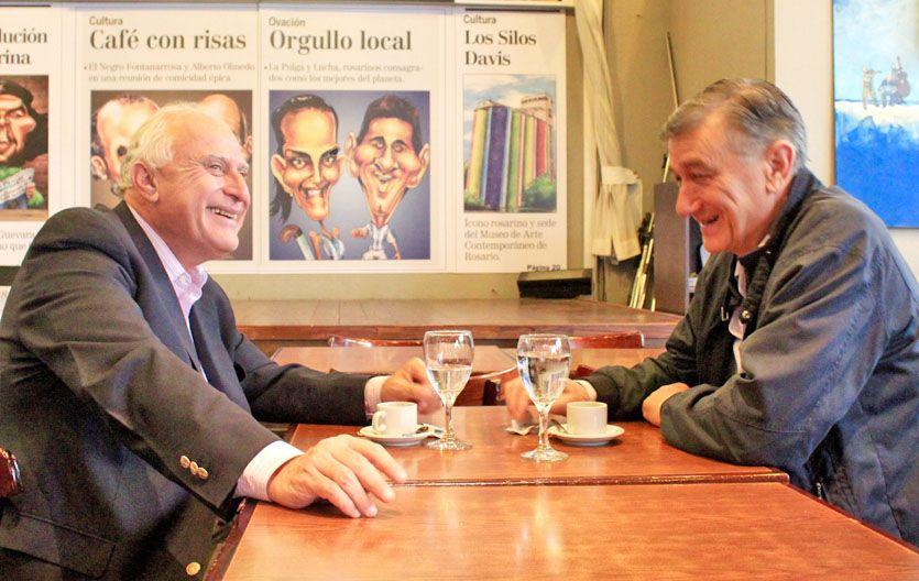 Café para dos. Los precandidatos a gobernador y presidente se dejaron ver en un bar céntrico.