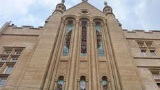 El diseño remite a las rosetas de las catedrales góticas replanteado a través de lonjas que representan los lomos de miles de libros.