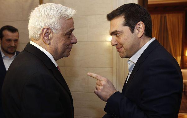 El premier Alexis Tsipras conversa con el flamante jefe de Estado griego