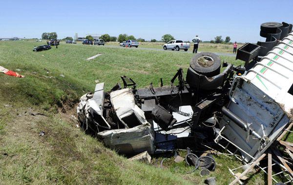 Vuelco. Estiman que el transporte se descontroló y volcó en la banquina tras reventar un neumático. (Foto: Héctor Río)