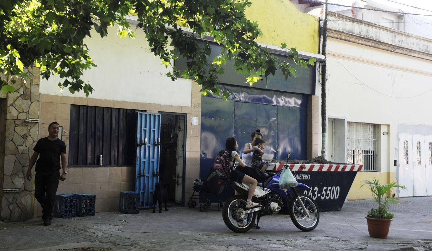 Resguardado. Un supermercado de la zona sur de la ciudad amaneció ayer con custodia y un volquete frente al ingreso.
