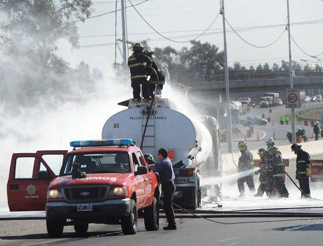 Los bomberos acudieron al lugar a sofocar el incendio. (Foto: F. Guillen)