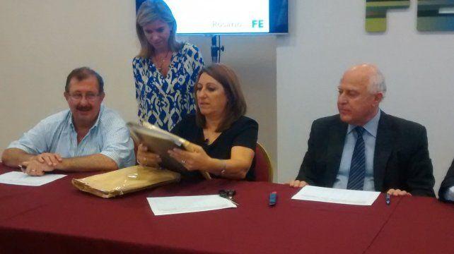 La intendenta Mónica Fein y el gobernador Miguel Lifschitz participaron de un acto de apertura de sobres para una obra pública.