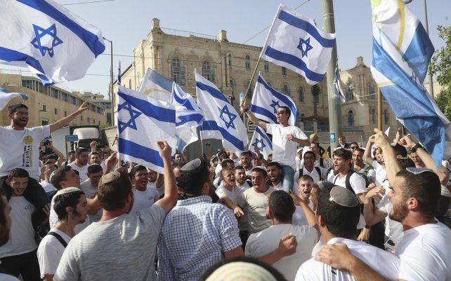 Foto de archivo: israelíes ondean banderas nacionales durante un desfile del Día de Jerusalén