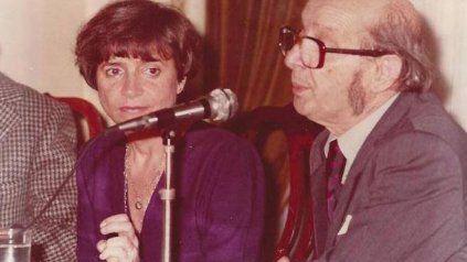 Antonio Berni, junto a la periodista y escritora María Esther Vázquez, el 16 de julio de 1981 brinda una conferencia organizada por la Subcomisión de Cultura.
