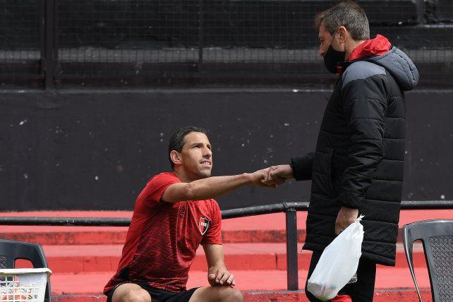 El DT y el capitán. Kudelka saluda a Maxi con el puño. El entrenador llenó de elogios a la Fiera.