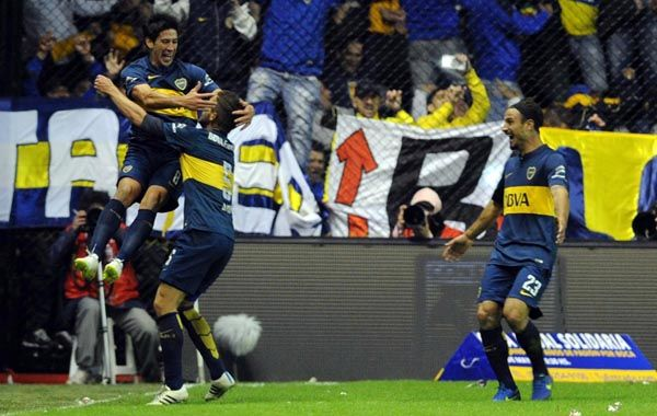 Pablo Pérez acaba de convertir su gol y sus compañeros se unen al festejo.