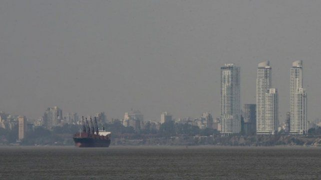 Los incendios en las islas no cesan y el humo vuelve a intoxicar el aire de Rosario
