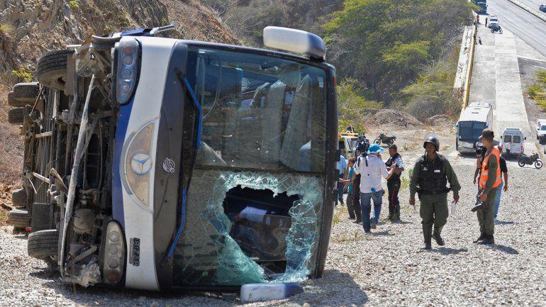 El colectivo quedó destruido y volcado en el camino hacia el aeropuerto de Caracas.