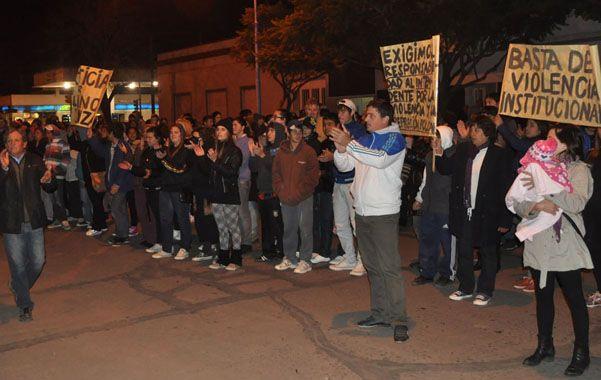 Indignados. Los manifestantes marcharon hasta la comisaría de San Jorge para expresar sus reclamos.