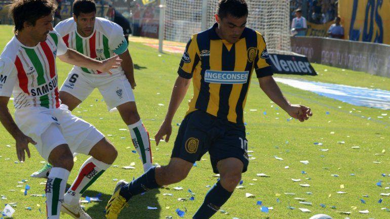 El marcador apura a Medina ante la mirada de Seba Domínguez; ahora algunos esperan verlo en el Gigante pero con la casaca auriazul.