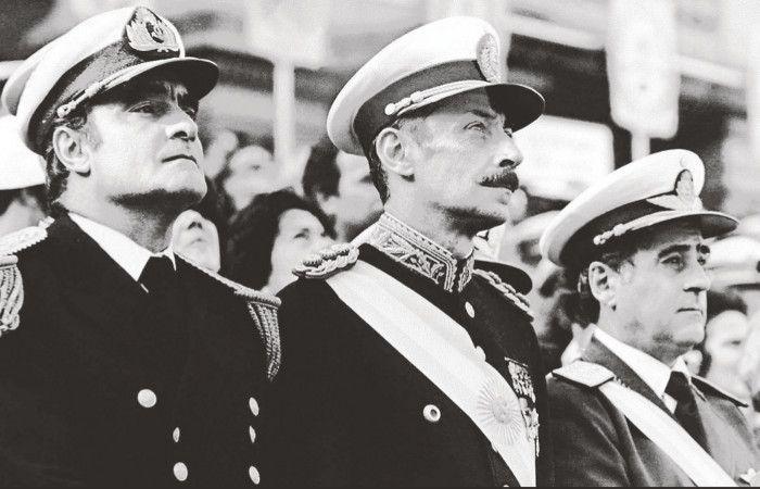 Los dictardores Massera y Videla durante un acto protocolar en 1979.