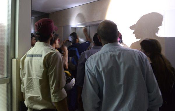 Personal de bomberos y Defensa Civil trabaja para rescatar a las personas dentro del ascensor de la Galería La Favorita. (Foto Silvina Salinas)