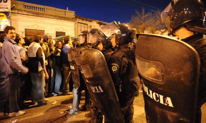 Un fiscal investigará por qué la policía dejó entrar a barrabravas al Gigante