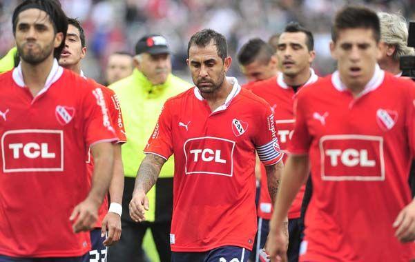 Postal de la desazón. Vargas y Montenegro encabezan la salida de los jugadores de Independiente tras la caída en el Monumental. El Rojo