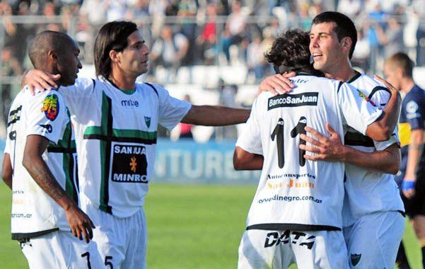 Celebración cuyana. Los jugadores de San Martín festejaron seis goles y una victoria fundamental e histórica.