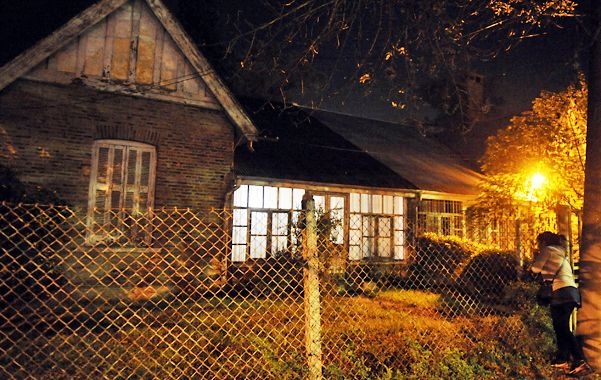 Escenario. La casa de calle Sarmiento en la que viven los padres de Betina y que fue baleada por soldaditos narcos. (Foto: G. de los Ríos)