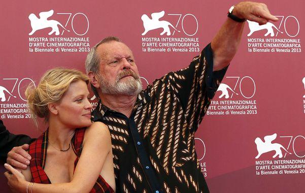 Arribo. El cineasta nacido en Estados Unidos junto a la actriz francesa Mélanie Thierry
