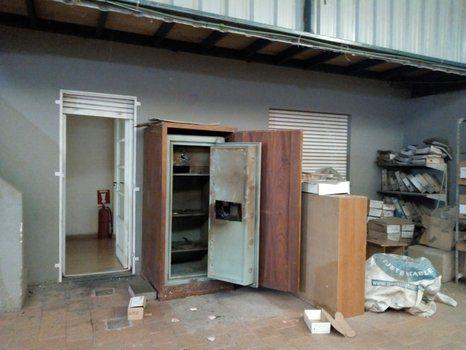 La caja fuerte que violentaron los delincuentes con un soplete está en una terraza lindera a las oficinas.