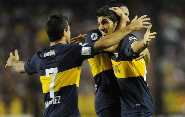 Clasificados. Blandi recibe los abrazos tras su gol del 1-0 ante los ecuatorianos.