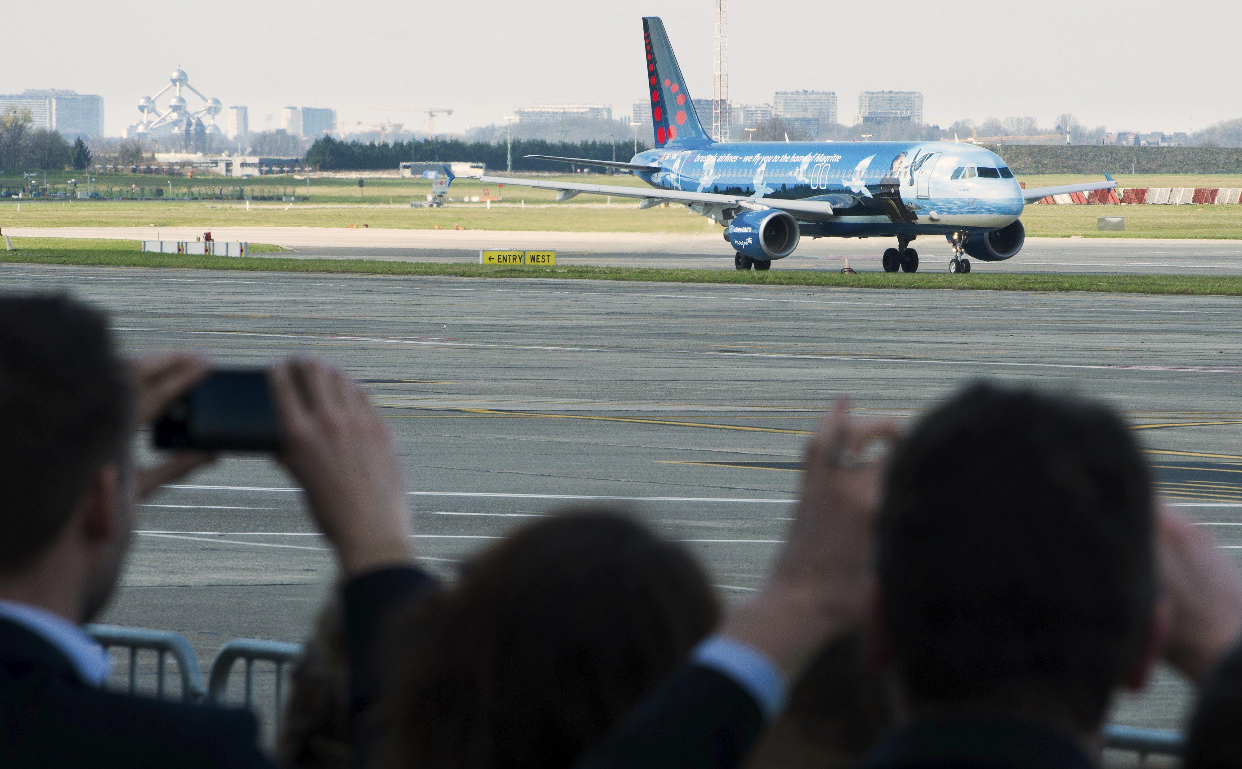 Bélgica se levanta. El aparato de Brussels Airline despegó pasado el mediodía local. Dos ministros asistieron a la partida