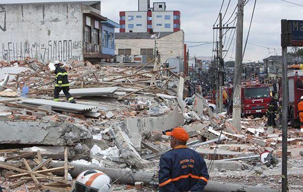 La policía dijo a la agencia AFP que seis personas murieron y 22 fueron rescatadas con vida.