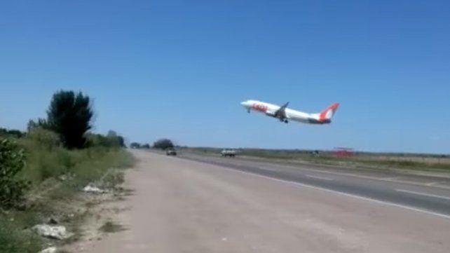 Polémica por el temerario despegue de un avión muy cerca de la ruta