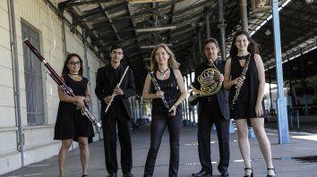 La formación está compuesta por Gabriel Fernández, en flauta; Rosalía Greppi, en oboe; Julieta Moline, en clarinete: Darío Frontuto, en corno y Susana Schlaen, en fagot.