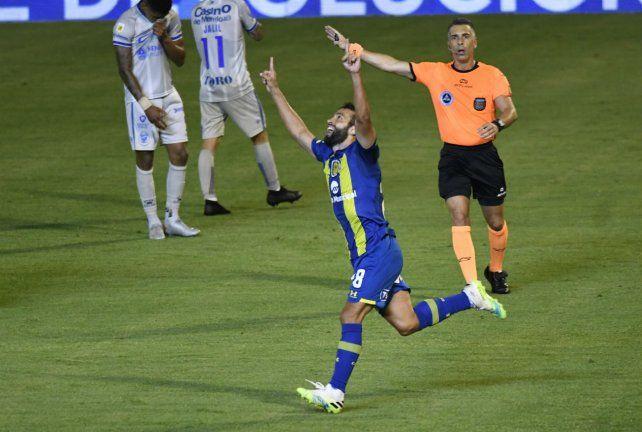 Lucas Gamba metió un tremendo golazo en el cierre del partido y le dio la victoria al canalla en el debut del kily como entrenador.