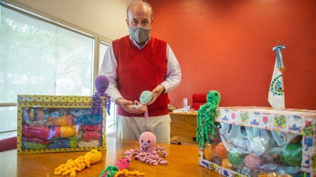 El secretario de Salud Leonardo Caruana recibió los pulpos tejidos al crochet.