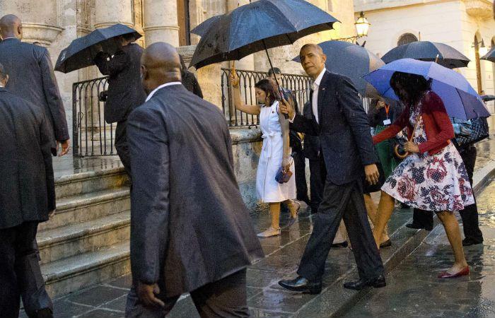 Obama paseó bajo la lluvia por La Habana Vieja. (Foto: AP)