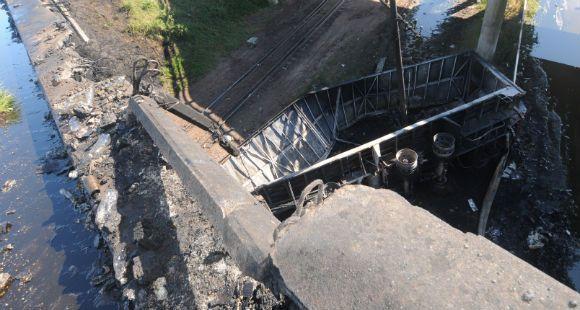 Dos camiones chocaron sobre un puente cerca de Rosario; uno cayó al vacío y estalló en llamas