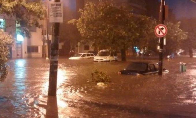 Cayeron 70 milímetros en media hora lo que complicó los desagües en las calles de la capital cordobesa.
