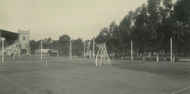 En 1917 se inauguran cuatro canchas de polvo de ladrillo en el predio del Hipódromo Independencia.