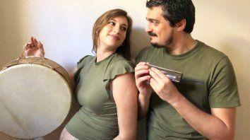 """""""Coplitas pa'esperar"""" se titula el show por streaming que harán este viernes Victoria Birchner y su pareja Franco Luciani."""