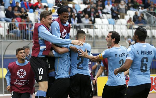 El plantel uruguayo sepulta a Cristian Rodríguez bajo un mar de abrazos tras marcar el gol del triunfo oriental. (Foto: Reuters)