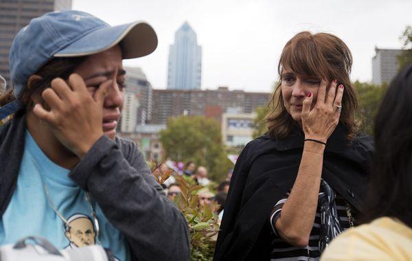 Dos norteamericanas lloran luego de ver al Papa Francisco en su paso por Filadelfia.