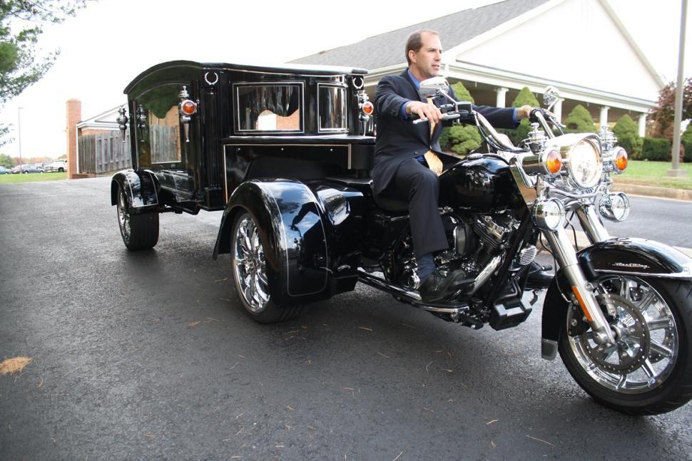 La Harley-Davidson de la funeraria causa sensación y muchos aseguran querer subirse.