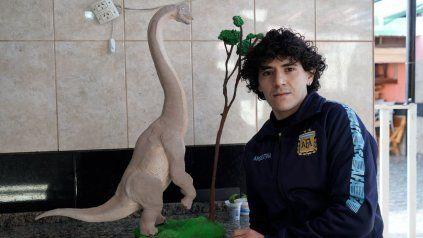 Nahuel tiene 29 años y posa con una réplica de uno de los dinosaurios que aparecen en Jurassic Park, una de sus películas favoritas.