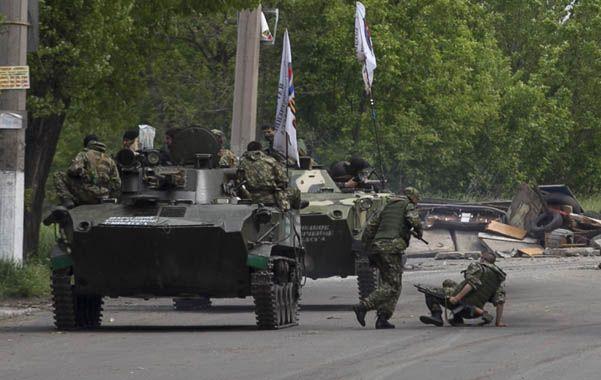Bien armados. Rebeldes se desplazaban ayer en blindados en cercanías de Slaviansk.