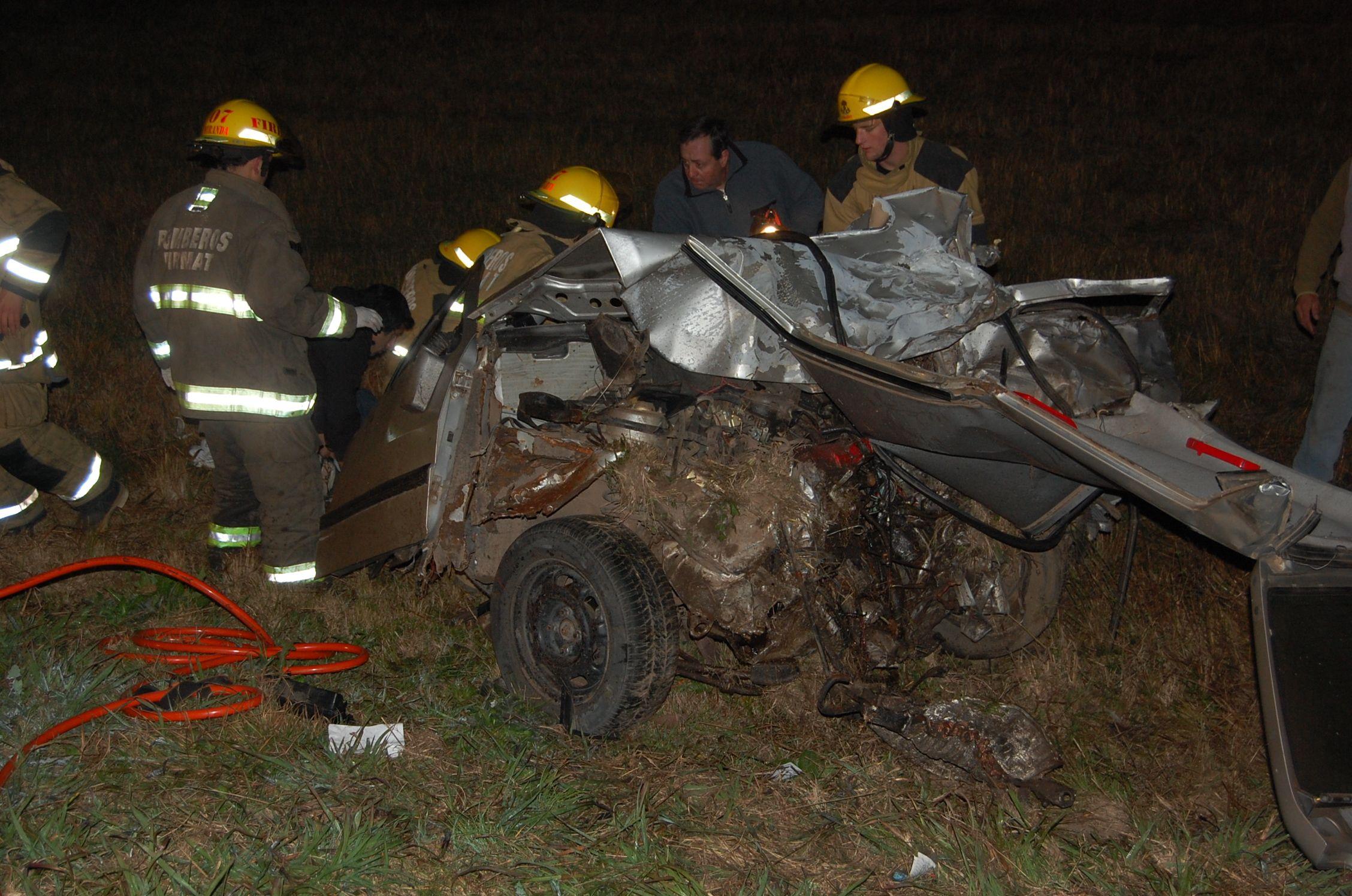 Así quedó el Fiat Uno en el que viajaban dos de las víctimas. (Foto: www.diariofirmat.com.ar)