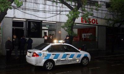 La policía recolectaba testimonios esta mañana en el diario asaltado. (Foto: El Sol)