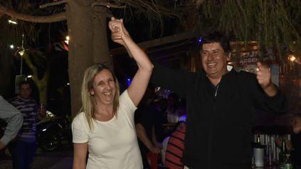 Funes. La médica Gabriela Jakubowski celebra con el intendente Roly Santacroce.