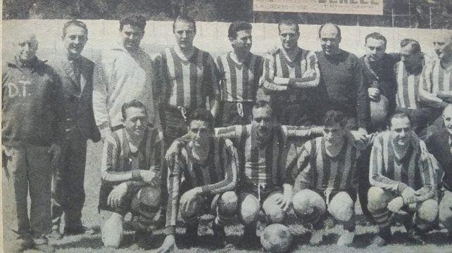 Con Scarabino y Vesco. Los dos ex presidentes (abajo a la derecha de la foto) dijeron presente en el cotejo.