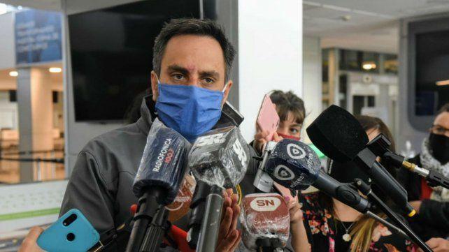El ministro llegó a Rosario para sobrevolar la zona de islas.